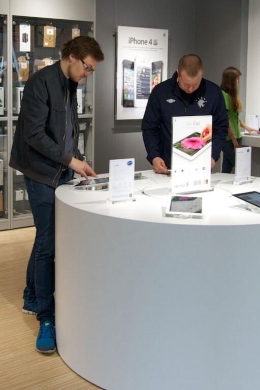 HJELPER: De norske Eplehuset-butikkene tar i mot Apple-produkter kjøpt i utlandet. Men du risikerer å måtte betale for reparasjonen selv. Foto: EPLEHUSET