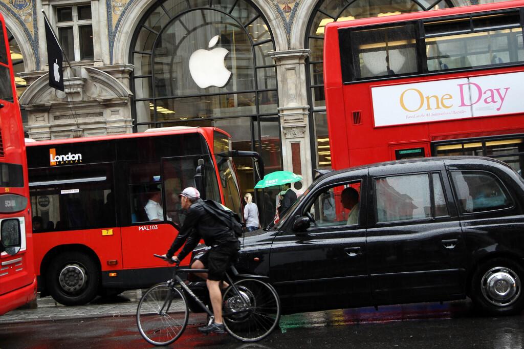<B>FRISTENDE: </B>Norge har ikke Apple Store, slik de har blant annet her i London. Mange nordmenn fristes blant annet derfor til å kjøpe Apple-produkter på ferie, men kan få problemer med service i hjemlandet. Foto: ALL OVER PRESS