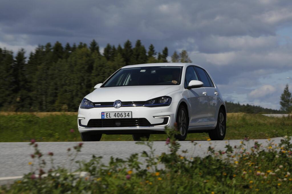 KJENT STIL VW gjør nok noe helt riktig ved å la e-Golf se mest mulig ut som en vanlig bil. Du må nesten granske forskjellene. Foran ser du det lettest på de karakteristiske LED kjørelysene. Foruten EL-skiltene, da... Foto: Espen Stensrud / AUTOFIL