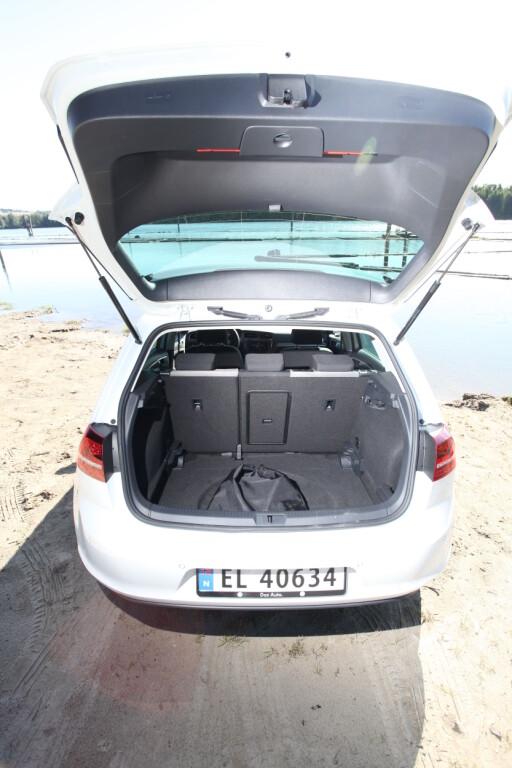 GOD PLASS: Bagasjerommet sluker 341 liter. Det er bare 39 liter mindre enn i en vanlig Golf. Foto: Espen Stensrud / Autofil