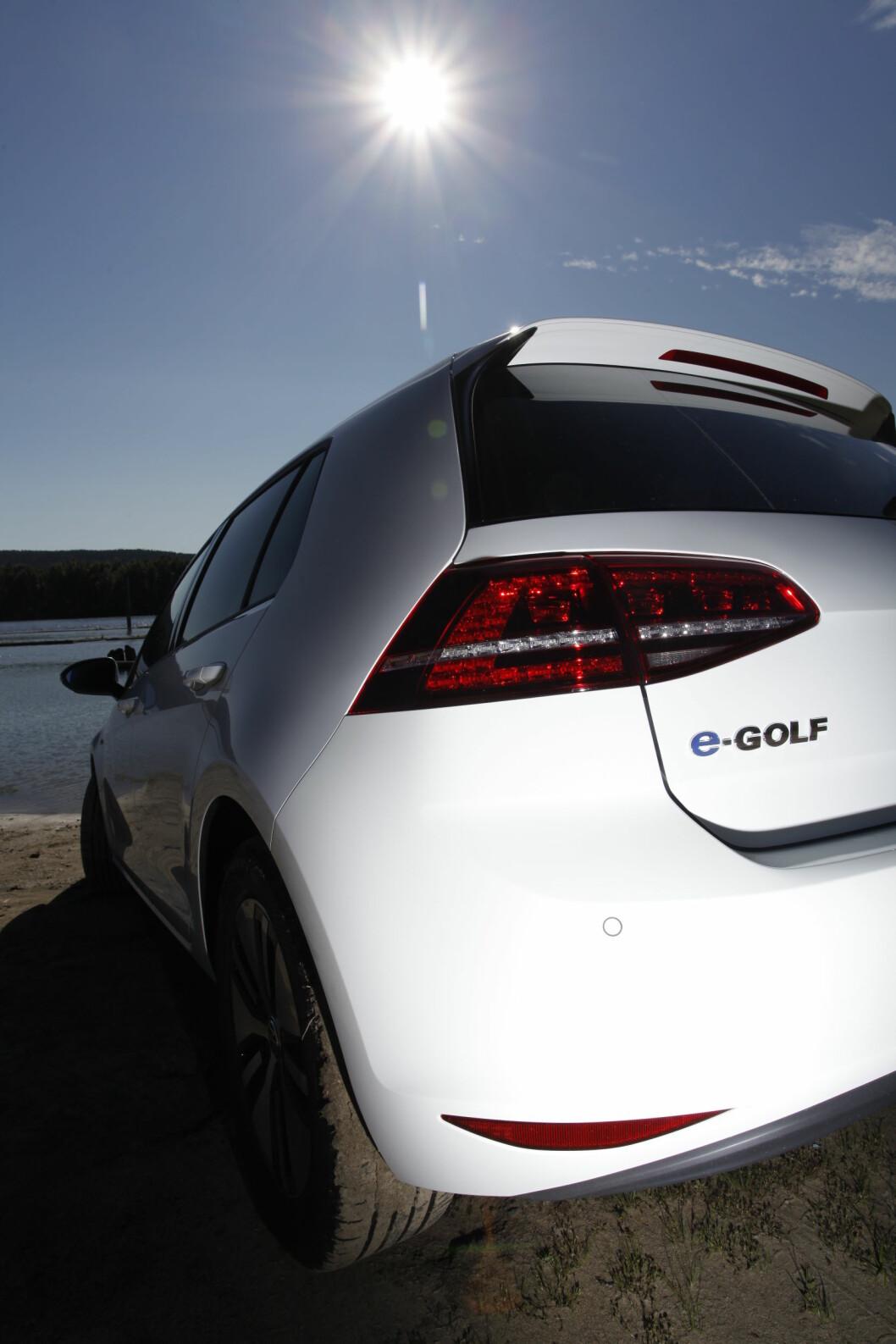 <strong><B>SOLER SEG I GLANSEN:</strong> </B> VW gjør nok noe helt riktig ved å la e-Golf se mest mulig ut som en vanlig bil. Du må nesten granske forskjellene.   Foto: Espen Stensrud / Autofil