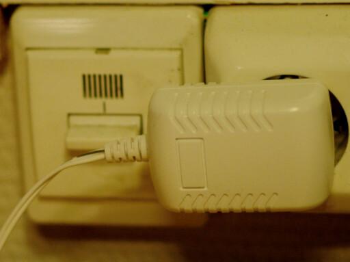 KLUMP I VEGGEN: Vi hadde nok foretrukket innebygget strømforsyning, men denne må du dessverre leve med. Foto: TORE NESET