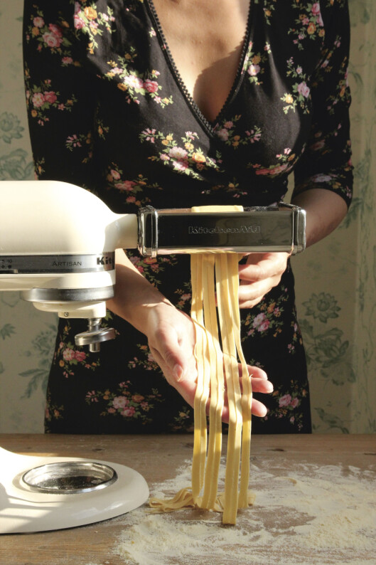 <strong><b>AUTOMATISK:</strong></b> Med en pastainnsats på kjøkkenmaskinen har du begge hender fri til å jobbe med pastadeigen. Foto: VESLEMØY VRÅSKAR