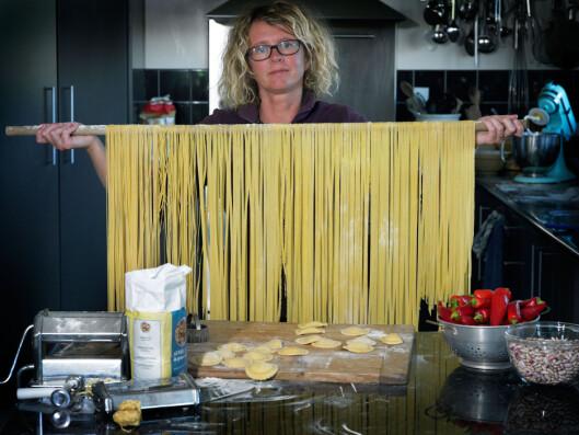 <strong><b>TØRKETID:</strong></b> Pastaen bør få minst et kvarter til å tørke på kjøkkenbenken før du koker den. Har du mye pasta, som her, kan du også henge den over en rundstokk til tørk.  Foto: ALL OVER PRESS