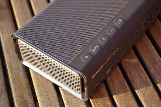 <strong><strong>ROAR:</strong></strong> Med Roar-knappen kan du booste bass og diskant på samme måte som en «loudness»-knapp. På toppen finner du også volumknapper, samt knapp for å besvare en samtale om du vil bruke Roar-høyttaleren som håndfrienhet. Foto: PÅL JOAKIM OLSEN