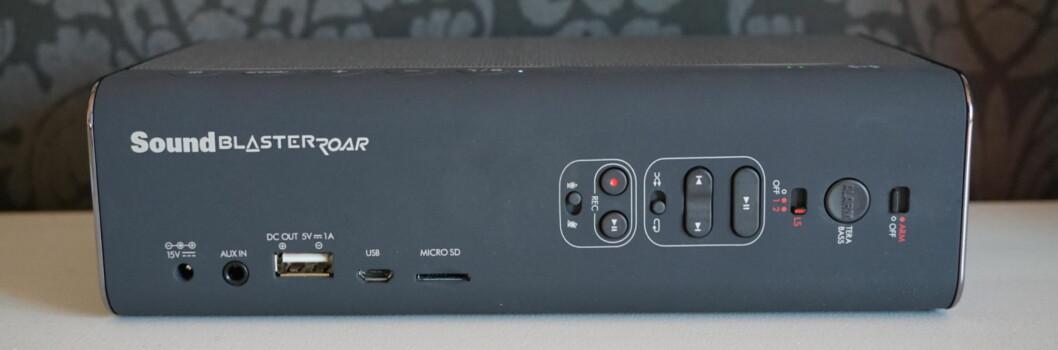 <strong><strong>MANGE KNAPPER:</strong></strong> På baksiden av Sound Blaster Roar finnes et rikt utvalg av knapper, både for avspilling, innspilling, bass og til og med en alarmfunksjon. Høyttaleren kan også spille av direkte fra minnekort og lades enten med den medfølgende laderen eller via USB. Foto: PÅL JOAKIM OLSEN