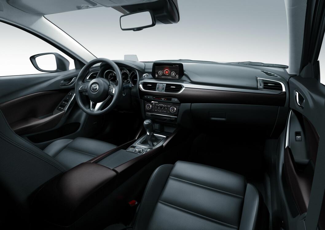 <strong><b> OPPGRADERT:</strong></b>  Interiøret har fått finere materialer, blant annet mykere skinn på rattet.  Foto: Mazda
