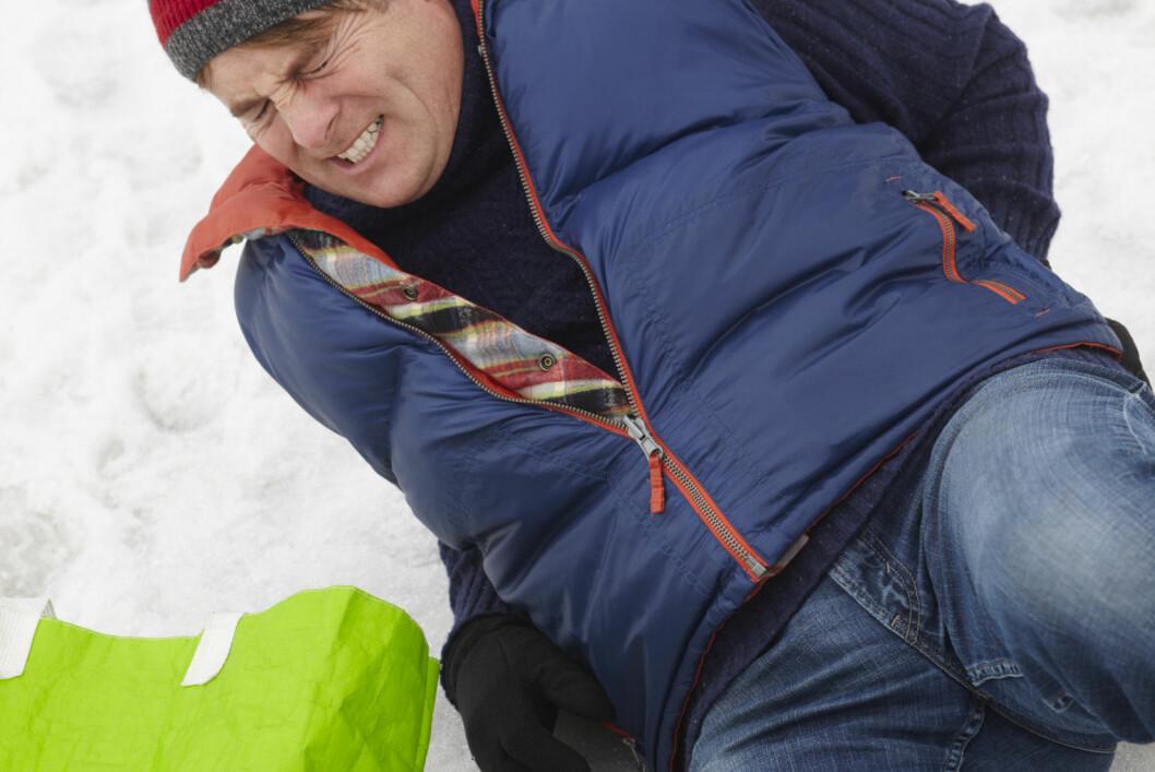 <strong><b>AU:</strong></b> Snø og is er forsåvidt lett å forstå kan være glatt, men mange opplever nå speilføre uten snø. Frem med strømidler. Vi anbefaler blant annet å holde igjen på salt, men forsøke aske! Foto: ALL OVER PRESS
