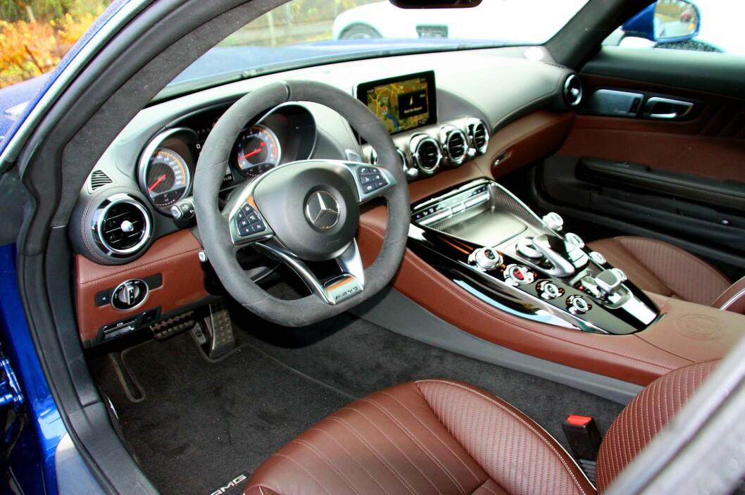 <strong><b>KLASSE:</strong></b> Innvendig kjenner man igjen typiske Mercedes-elementer, men alt er utført akkurat så eksklusivt som man forventer det i en slik type bil.  Foto: KNUT MOBERG