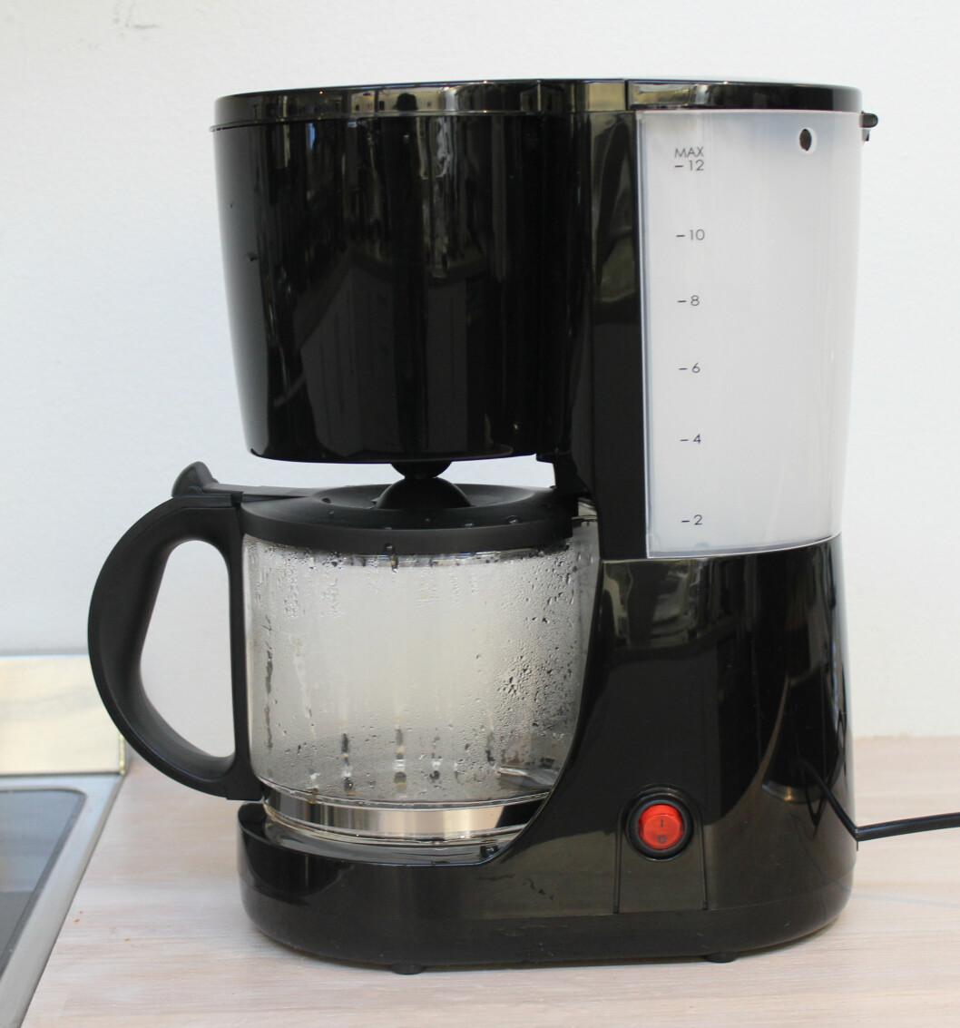 <b>PLASTIC FANTASTIC</b> Clas Ohlsons kaffetrakter er veldig billig, men resultatet blir helt greit. Har ikke automatisk stopp, så ikke for glemsomme sjeler! Foto: ELISABETH DALSEG