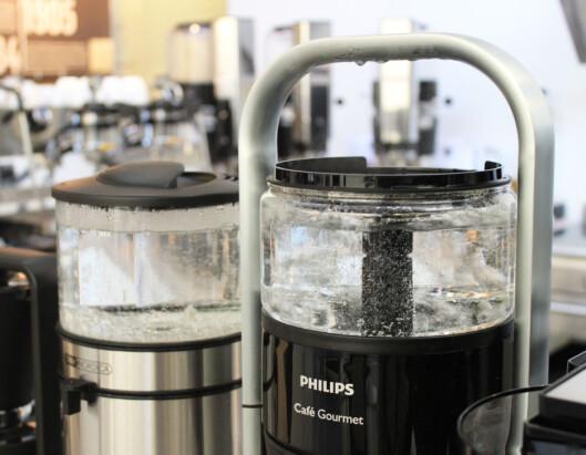 <strong><b>KOKER FØRST:</strong></B> Både OBH Nordica (bak til venstre) og Philips' traktere har beholderen rett over filteret, og koker opp kaffen før den traktes. Foto: ELISABETH DALSEG