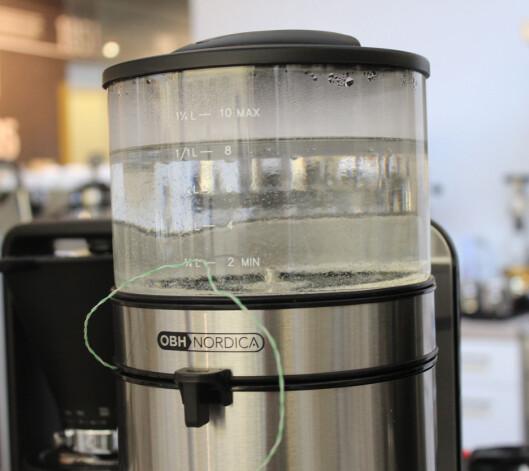 <strong><b>TEMPEN:</strong></b> Vi målte temperatur både under bryggeprosessen, og etter at kaffen var ferdig traktet. Foto: ELISABETH DALSEG