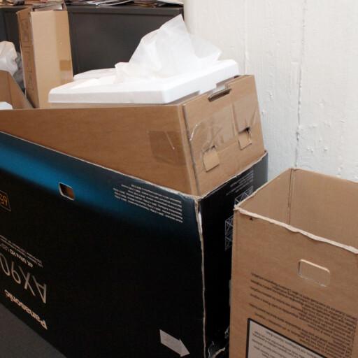 PAKKES OPP OG NED: Elkjøp pakker opp TV-en, men må pakke den ned igjen når du skal kjøre den hjem. Det kan være problematisk.  Foto: OLE PETTER BAUGERØD STOKKE