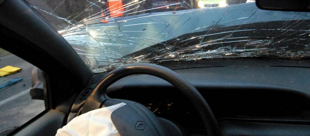 <b>SEKUNDERS UOPPMERKSOMHET ER NOK:</b> Søvnulykker har ofte alvorlige utfall med varig skade eller død. Heldigvis tar flere og flere bilprodusenter grep, og også veimyndighetene har tatt i bruk effektive virkemidler. Foto: COLOURBOX.COM