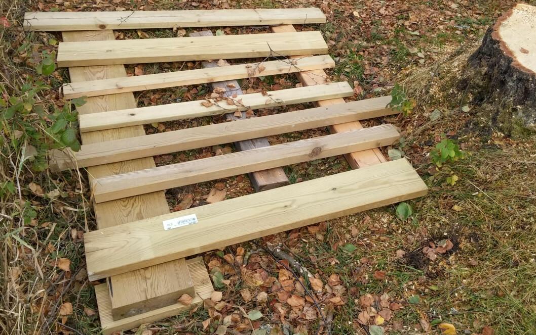 <strong><b>UNDERLAG:</strong></b> En slags pall laget av trykkimpregnerte restmaterialer. Foto: BRYNJULF BLIX