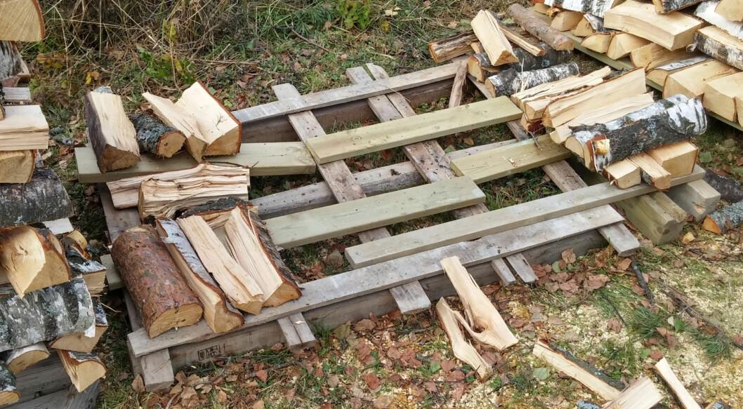 <strong><b>STØTTE:</strong></b> Begynn med å stable støttesøyler i kryss i hvert hjørne. Foto: BRYNJULF BLIX