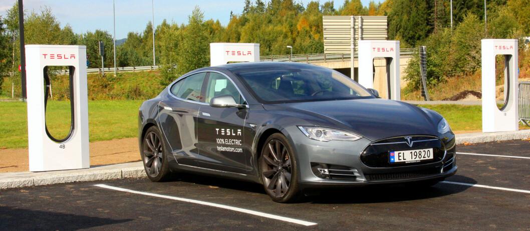 <strong><b>RUSTER OPP:</strong></b> Tesla åpner flere ladestasjoner samtidig som salget har fått en kraftig nedtur.   Foto: KNUT MOBERG
