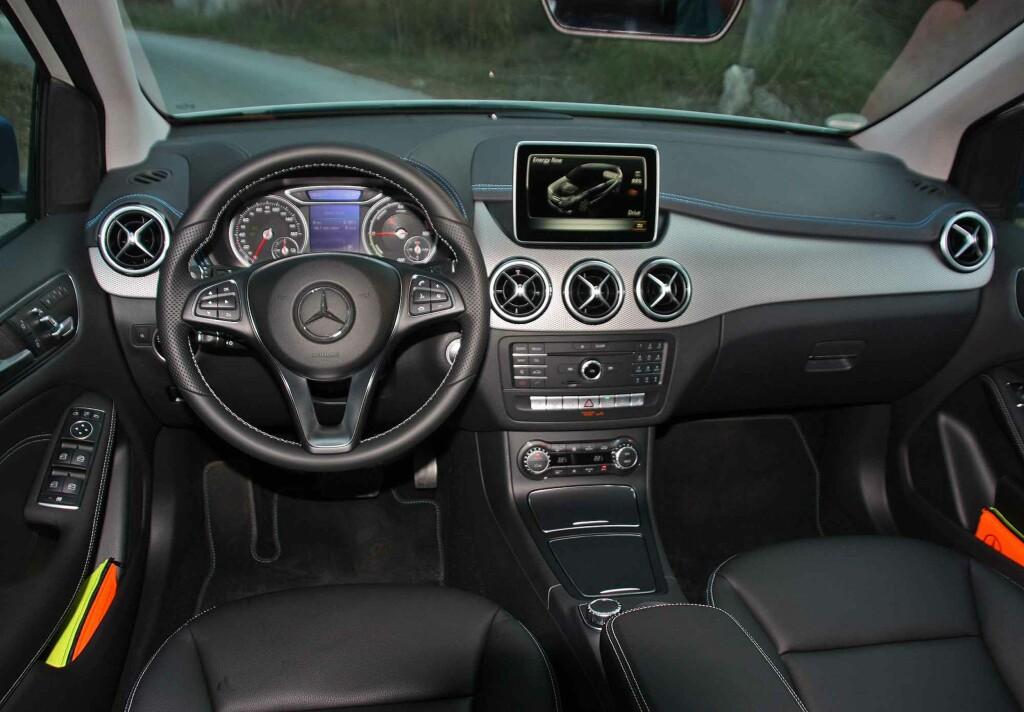 PREMIUM KOMPAKT: Tross noe mer hard plast enn høyere opp i modellrekken til Mercedes, er premium-følelsen påtakelig. Om skjermens plassering er det delte meninger. Foto: KNUT MOBERG