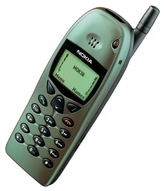 <strong><b>NOKIA 6110:</strong></b> Hadde en kameleonaktig farge, som gjorde at den vekslet mellom grønt og lilla. Telefonen var for øvrig den første til å ha ordentlige menyikoner.  Foto: NOKIA