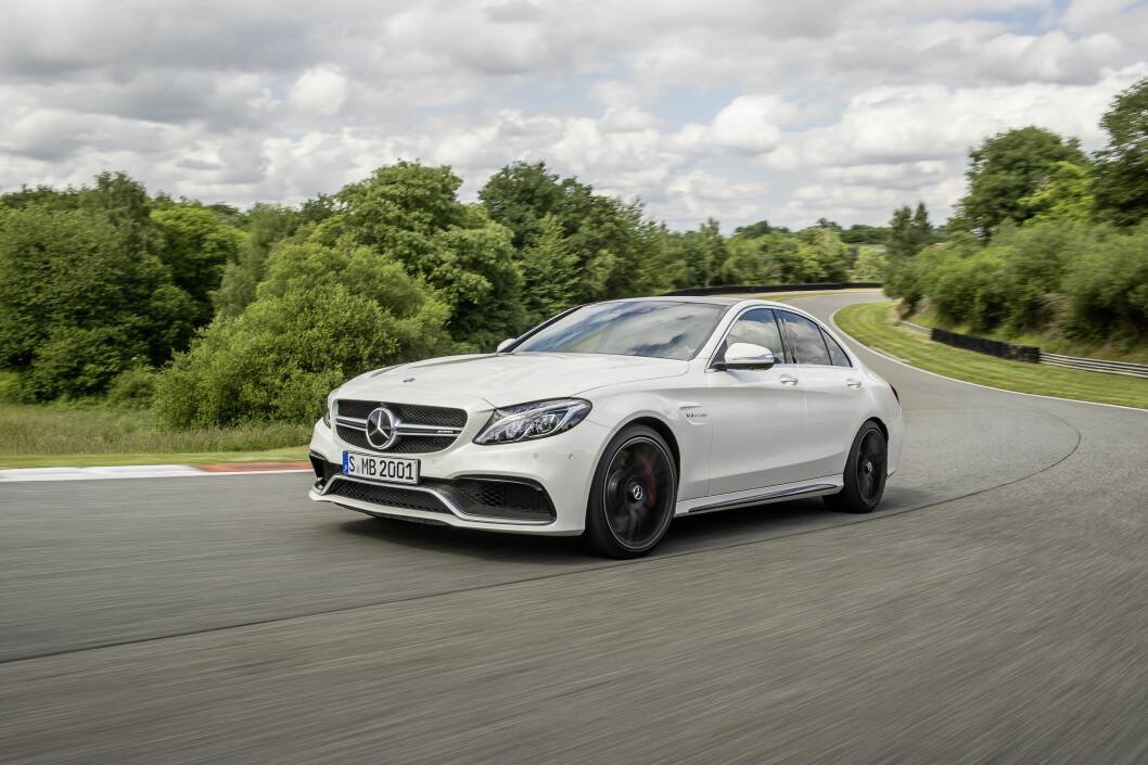 """<strong><b>RIGGET FOR FART:</strong></b> Mercedes-AMG C 63 S med såkalt design eksteriørpakke i """"diamant-hvitt"""" og AMG karbon-pakke.   Foto: DAIMLER"""