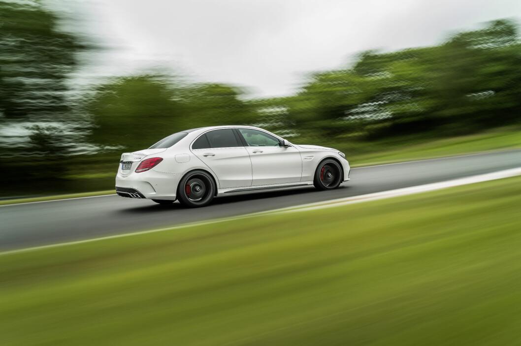 <strong><b>RACING-INSPIRERT:</strong></b> Som sedan og med karbonfelger ser bilen enda råere ut. Foto: DAIMLER