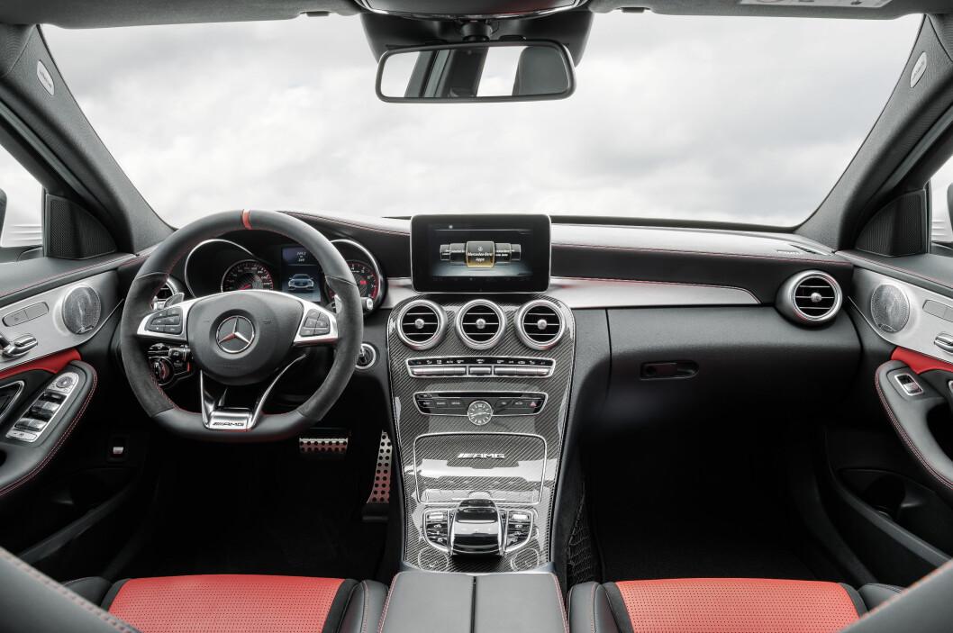 <strong><b>SPORTSLIG:</strong></b> Mercedes-AMG C 63 S med interiør i pepper-rødt og sort Nappa skinn, AMG sportsseter og finish i aluminium og karbon. Denne bile slår BMW M3 ettertrykkelig både på ytelser og forbruk/utslipp. Foto: DAIMLER