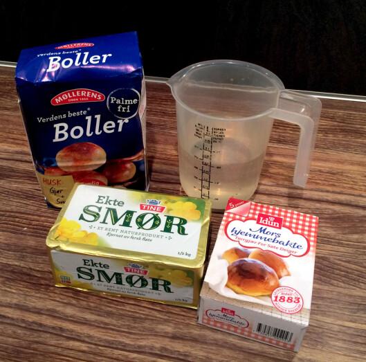 <strong><b>DETTE MÅ DU HA I TILLEGG:</strong></b> Alle bollemiksene må tilsettes smør og vann, og med unntak av miksen fra Toro, så de andre også tilsettes gjær. Foto: KRISTIN SØRDAL
