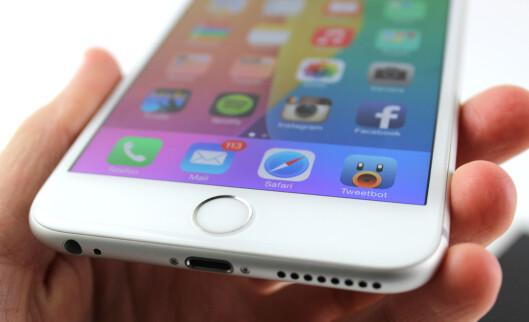 <strong><b>KJEKK HJEMKNAPP:</strong></b> Du kan låse opp iPhone 6 Plus bare ved å holde fingeren på hjemknappen. Den er rask og presis. Foto: KIRSTI ØSTVANG