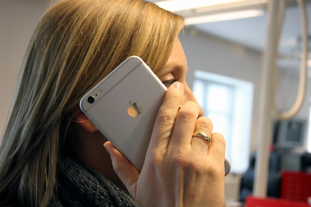 <strong><b>IKKE AKKURAT DISKRET:</strong></b> iPhone 6 Plus er et monster av en telefon. Foto: KIRSTI ØSTVANG