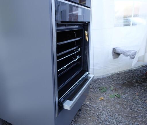 FORSVINNER NESTEN: Selve håndtaket er det eneste som stikker ut når døren er stukket inn under ovnen. Foto: ELISABETH DALSEG