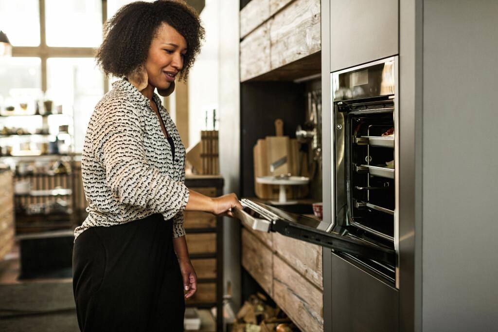 <b>SMART:</b> Når du har åpnet døren, kan du skyve den inn under ovnen, slik at den ikke lenger er i veien. Foto: NEFF