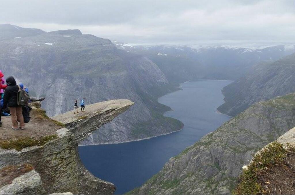 <B>IKKE FOR ALLE:</B> Trolltunga er blant Norges mest kjente og mest spektakulære utspring i fjellet. Turen dit er krevende. Foto: Børge Lindkvist