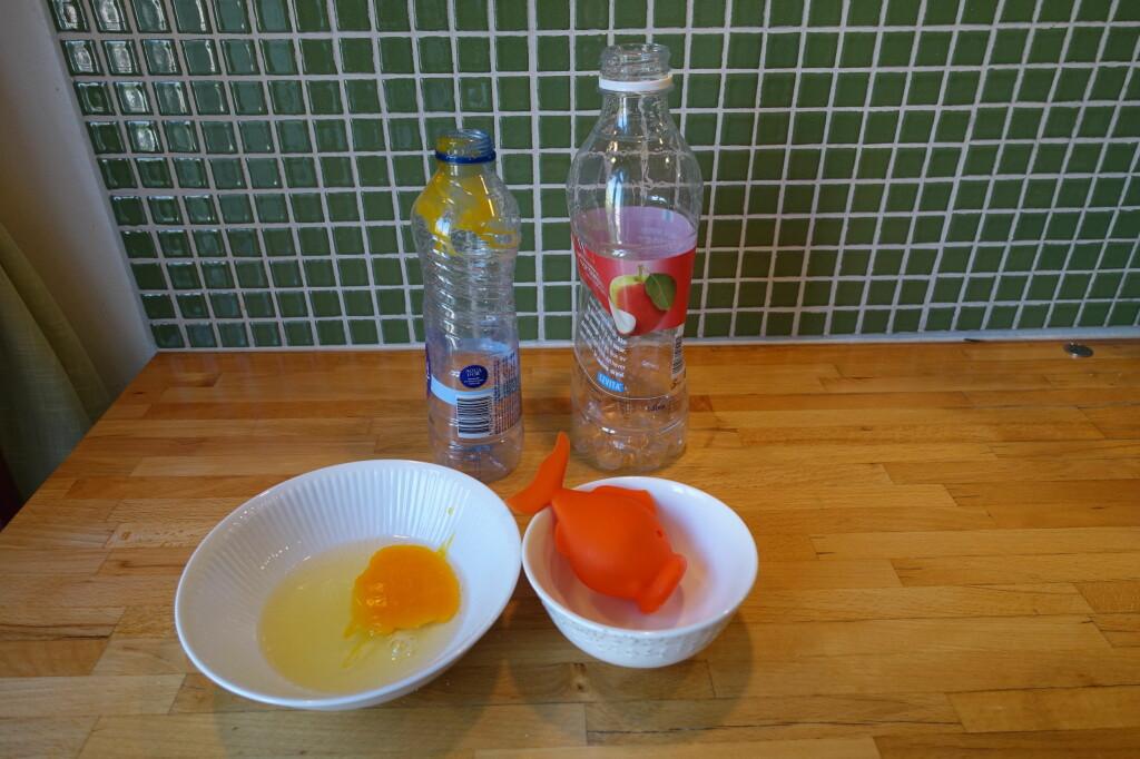 <b>KJØKKENTRIKS:</b> Det gikk ikke særlig bra å skille egg ved hjelp av flasker. Løsningen var liten, myk og oransje. Foto: ELISABETH DALSEG
