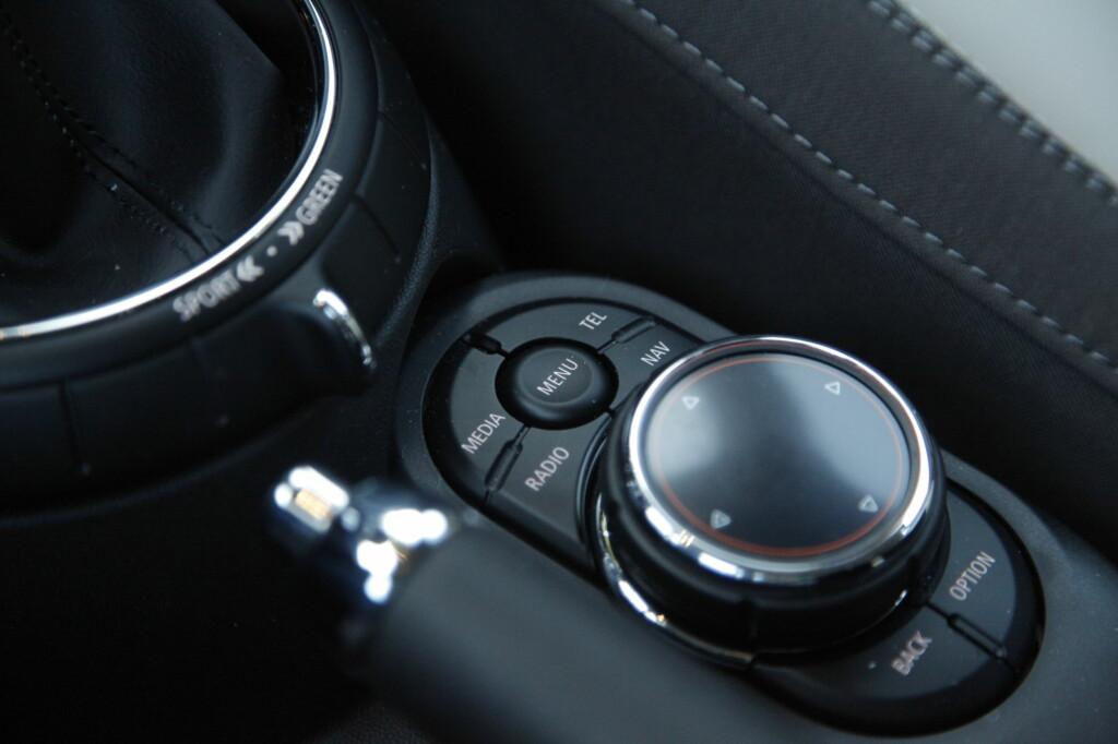 KOMANDOSENTRAL: Betjening er identisk lagt opp som i BMW, men plasseringen passer best for de med damevinkel på håndleddet. Foto: RUNE M. NESHEIM