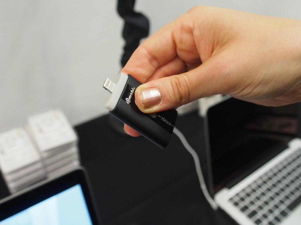 <strong><b>iStick:</strong></b> Vippebryter i midten, for å velge mellom Lightning eller USB-kontakt. Foto: ØYVIND PAULSEN