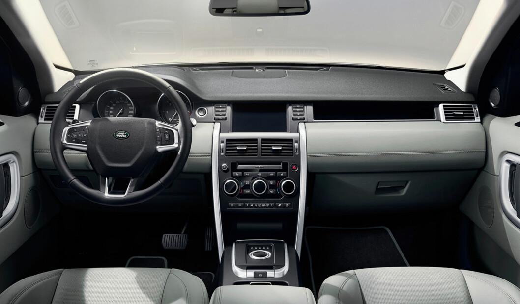 <strong><b>INGEN KRUMSPRING:</strong></b> Renskårne linjer preger interiøret. Dette ser solid ut, men mindre luksuriøst enn i Range Rover. Det er utvilsomt funksjonelt. Foto: LAND ROVER
