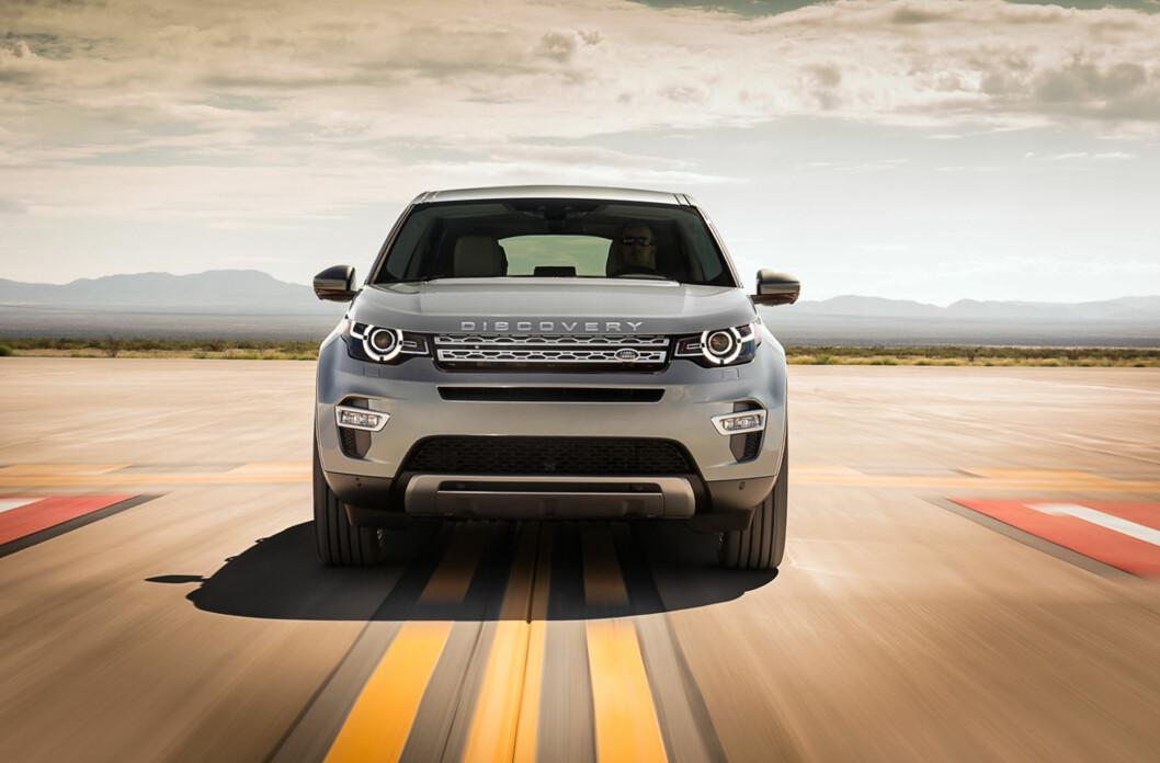 """<strong><b>BESTEMT:</strong></b> Land Rover Discovery Sport ser ut som en SUV som vet hva den vil. Legg merke til """"Discovery""""-emblemet i fronten som erstatter """"Land Rover"""". Foto: LAND ROVER"""