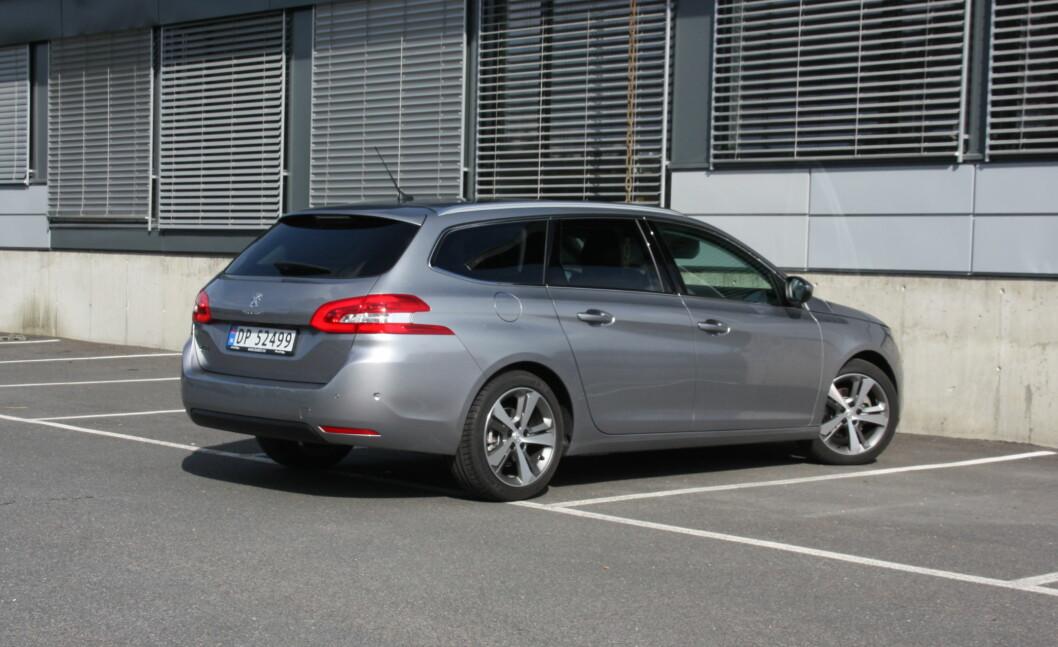 <strong><b>DISKRÉ ELEGANT:</strong></b> Dette er Peugeots formspråk anno 2014, langt mer konservativt enn tidligere. Foto: KNUT MOBERG