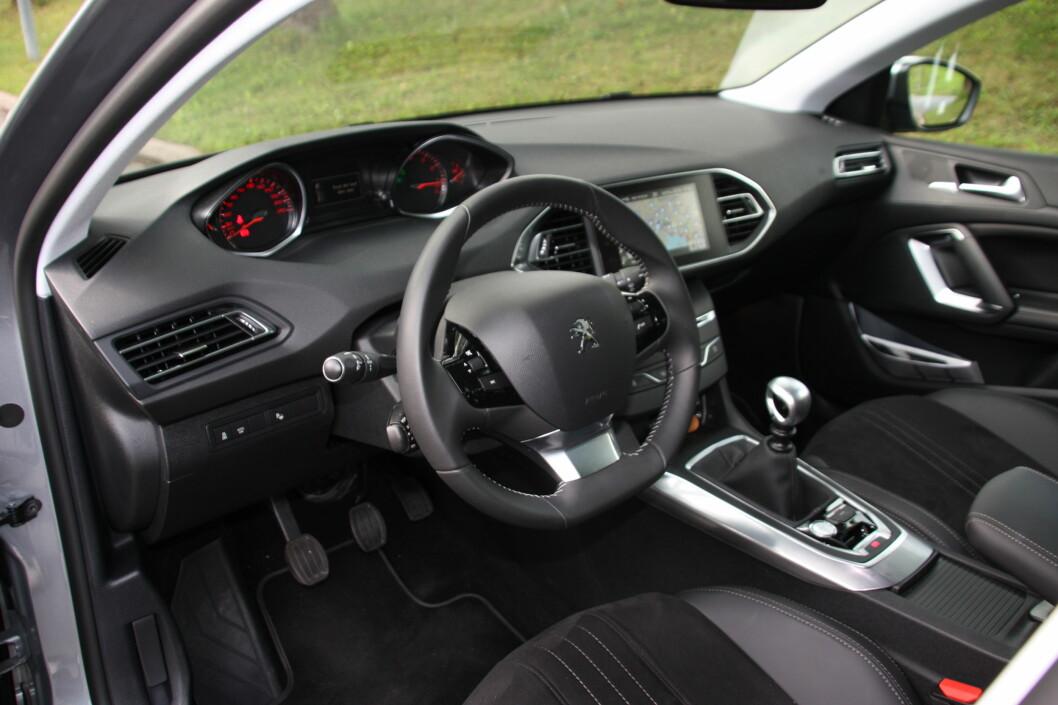ERGONOMI-PARADIS? Peugeot har tatt til seg kritikken fra tidligere for å ha uoversiktlig interiør med myriader av knapper. Nå er det nesten ingen knapper igjen. Og instrumentene ses godt <em>over</em> rattet. Foto: KNUT MOBERG
