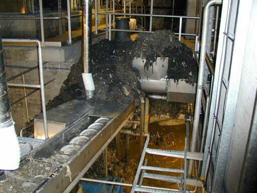 SØPPELBERG: Den brune massen der, er en liten del av det som fiskes ut av kloakken ved pumpeanlegget på Bekkelaget i Oslo, hvert år.  Foto: Vann- og avløpsetaten, Oslo kommune