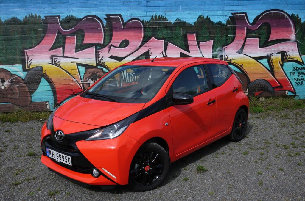 <b>FARGEGLAD:</b> Aygo i fargen Orange Twist er ingen anonym bil.  Foto: LORDEN