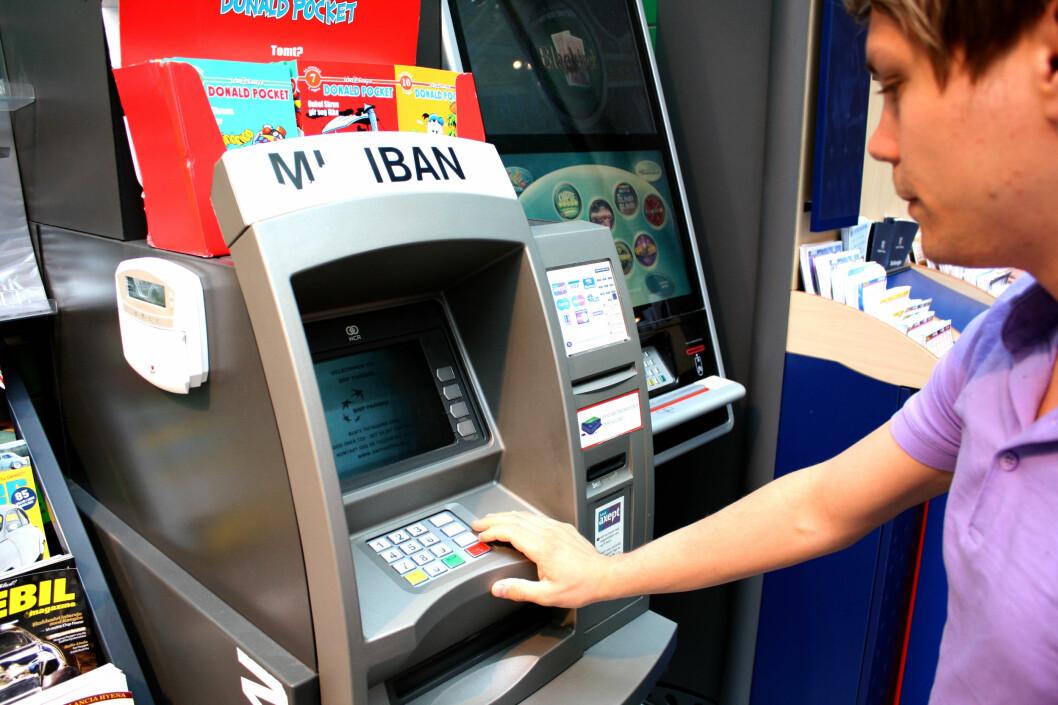 <strong><b>GAMMELDAGS:</strong> </b>Når tok du sist ut kontanter i minibank? Det blir stadig sjeldnere for stadig flere, og bankene legger dem derfor ned.  Foto: KRISTINA PICARD