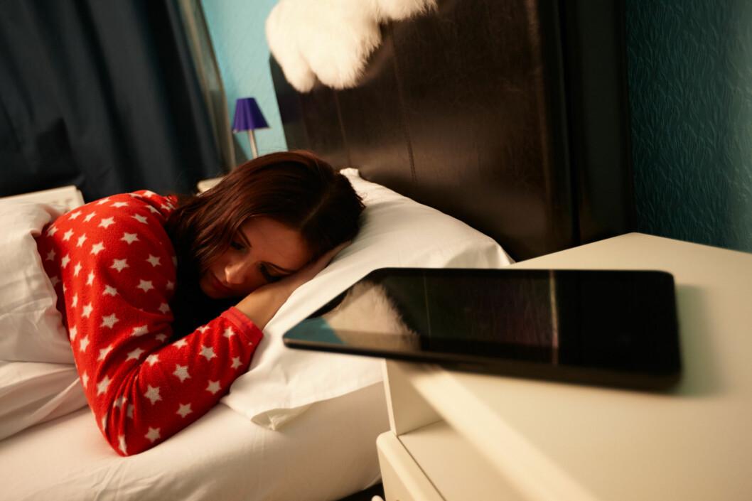 <strong><B>SOVER IKKE:</strong> </B>Mobilen og nettbrettet ditt sover ikke selv om du gjør det. Bakgrunnsdata kan spinne natta lang, og er du ikke forsiktig kan regningen bli høy. Spesielt i utlandet.  Foto: ALL OVER PRESS