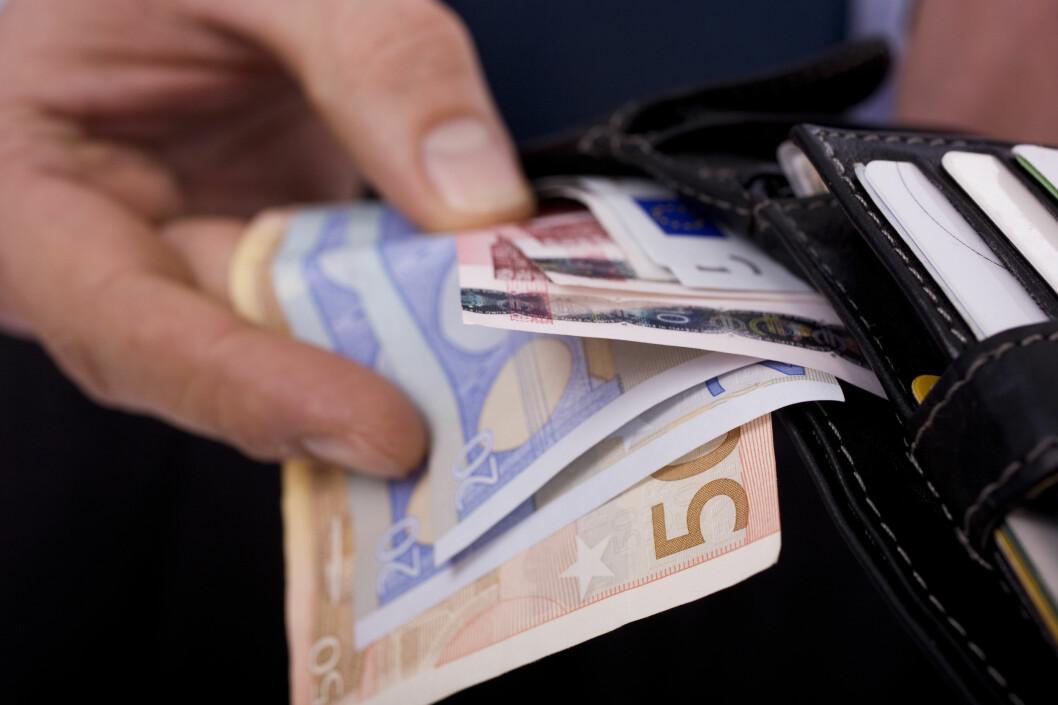 <b>VALUTA?</b> Tar du ut valuta i en norsk minibank, bør du sjekke gebyret først. Men det kan lønne seg å vente til du er i utlandet. Foto: PANTHERMEDIA