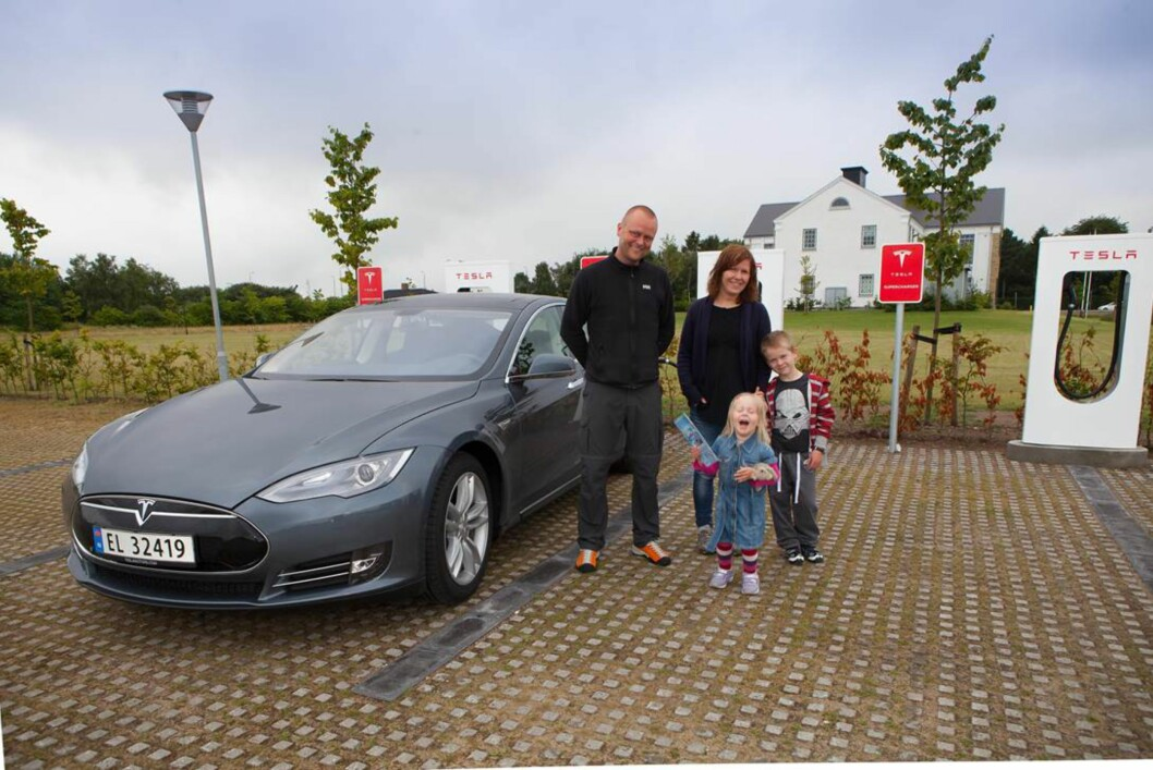 <strong><B>LADER OPP:</strong></B> Tormod og Hanne Drøyllsmo med sine barna Selma (4) og Johannes (7) kjører fra Trondheim til Legoland i en Tesla Model S med den minste batteripakken. Foto: TESLA MOTORS