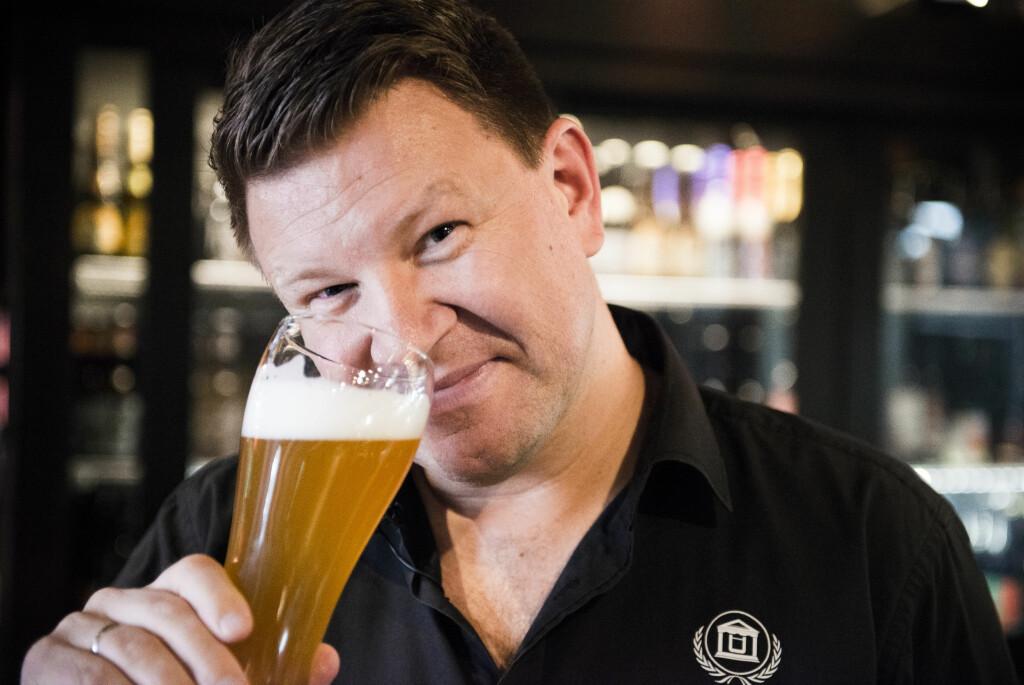 <b>SYV S-ER:</b> Når innehaver av Ølakademiet, Jørn Tore Persen, smaker på øl, gjør han langt mer enn å drikke. Her den andre S-en: Snuse.  Foto: ENDRE VELLENE