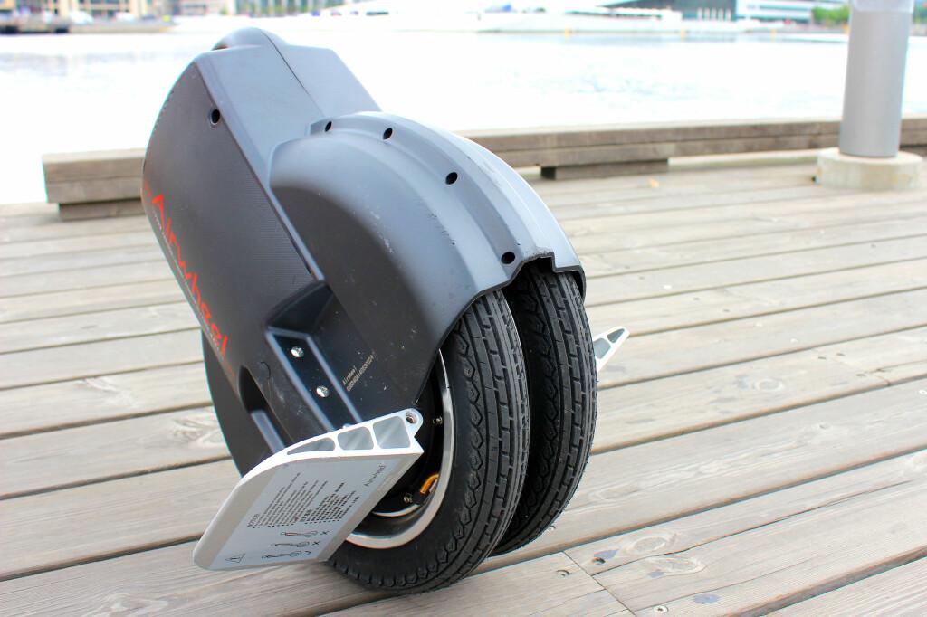 ENHJULING MED TO HJUL: Airwheel er merket på en serie med selvbalanserende enhjulinger. Denne modellen, Q3, har faktisk to smale hjul som dette, men den fungerer i praksis som de andre enhjulingene. Foto: OLE PETTER BAUGERØD STOKKE