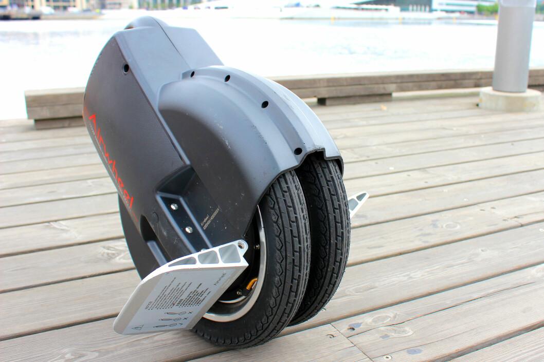 <strong><b>ENHJULING MED TO HJUL:</strong></b> Airwheel er merket på en serie med selvbalanserende enhjulinger. Denne modellen, Q3, har faktisk to smale hjul som dette, men den fungerer i praksis som de andre enhjulingene. Foto: OLE PETTER BAUGERØD STOKKE