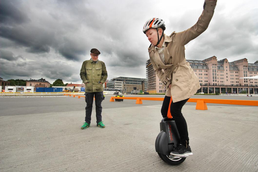 <b>LETT SOM EN PLETT?</b> Hvor lett er det egentlig å holde balansen - og ikke minst <i>å kjøre</i> - på en ståhjuling med kun ett hjul?  Foto: OLE PETTER BAUGERØD STOKKE