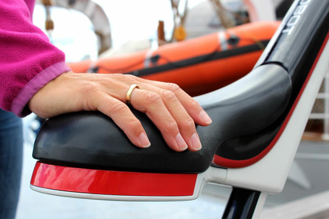 <strong><b>SETE:</strong></b> Det er sensorer i setet som vil merke det om du holder på setet ved avstiging, og den vil da sette fart - så du må holde et annet stad når du skal av. Det som imidlertid er smart, er at du kan få den til å trille ved siden av deg dersom du skulle måtte leie den - ved å holde slik på satet mens du selv går ved siden av. Foto: OLE PETTER BAUGERØD STOKKE